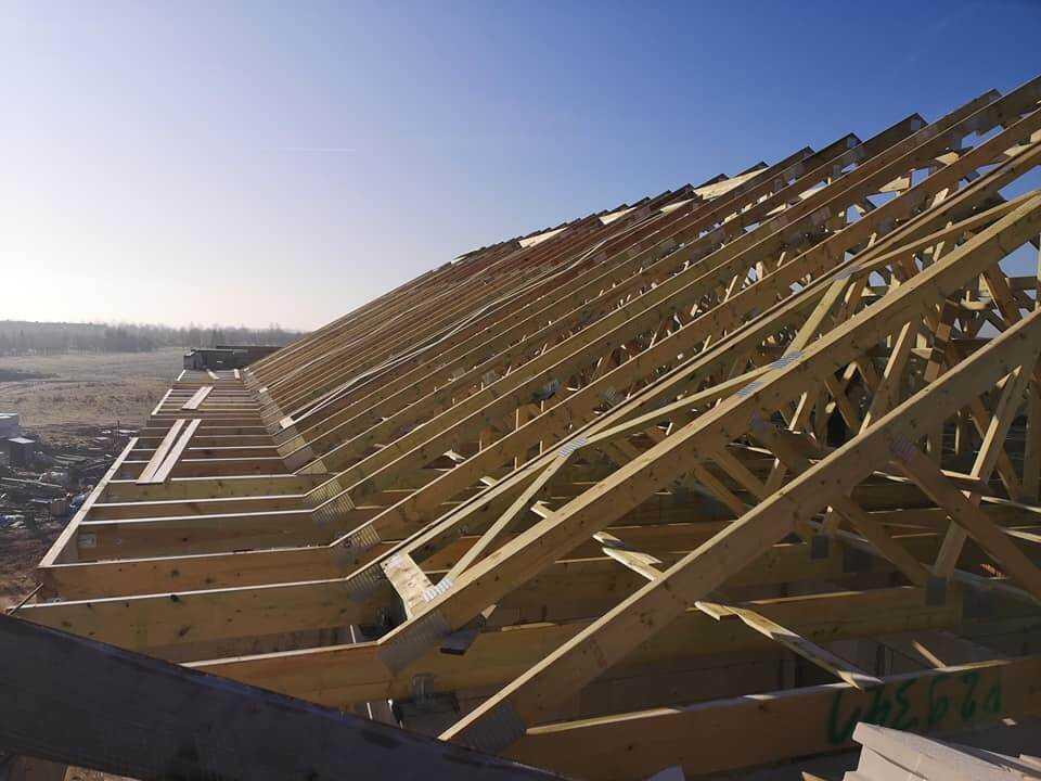 montaż wiązarów dachowych
